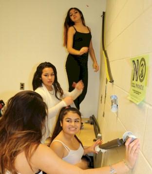 Chicas creativas  haciendo experimentos de energía cinética