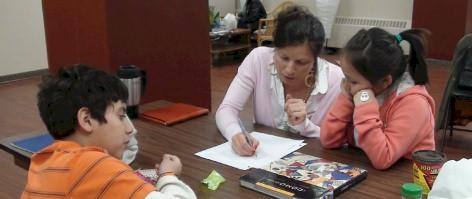 Tutor con alumnos hispanohablantes