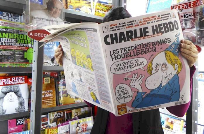 Una mujer lee un número del semanario satírico Charlie Hebdo en Paris