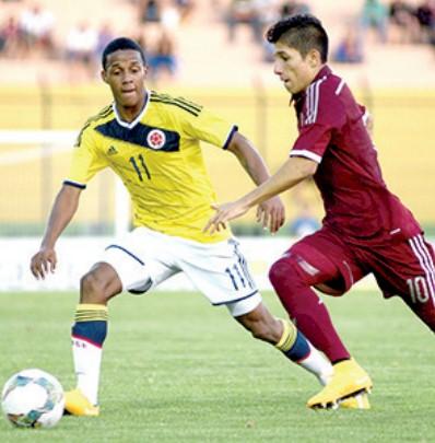Jeison Lucumi (i) de Colombia disputa el balón con Jefferson Savarino (d) de Venezuela. EFE