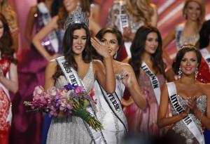 Miss Colombia Paulina Vega (L) recibe la corona de  Miss Universo 2014 de manos de  la Miss Universo 2013 Gabriela Isler de Venezuela (R).EFE