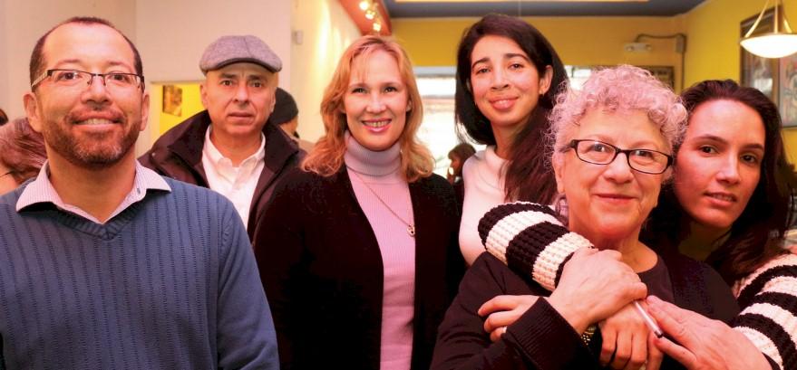 Gente de varios países latinoamericanos en solidaridad y celebrando