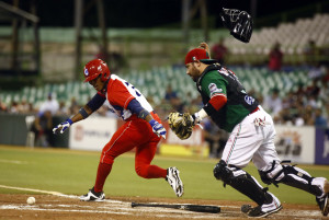 Livan Moinelo, de Cuba batea ante el mexicano Alis Solis Sale durante la final de la Serie del Caribe, en la que Cuba ganó tras vencer a México 3 a 2, en el estadio Hiram Bithorn de San Juan.