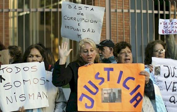 Un grupo de personas se concentran en las afueras del lugar donde se realizó el velorio por el fiscal Alberto Nisman en Buenos Aires. EFE