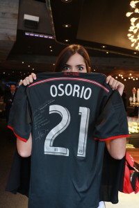 Juguetona, como una niña pequeña, Paulina posa con la camiseta del Toronto FC que le mandó su compatriota Jonathan Osorio.