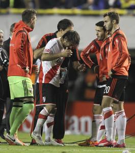 Leonardo Ponzio de River Plate se limpia el rostro luego de que lanzaran una sustancia irritante desde la tribuna. EFE