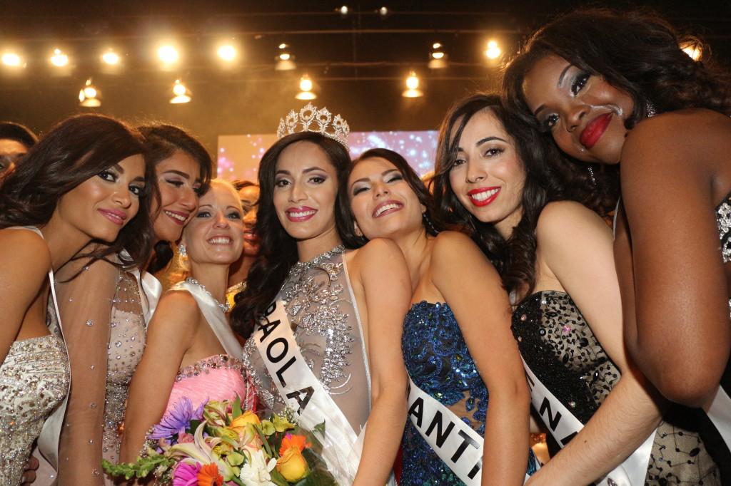 El tel´n se había bajado y algunas de las participantes saludaban y felicitaban a Paola Núñez.