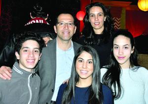 Aquí con su esposa y tres de sus cinco hijos.