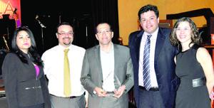 Juan Carranza al recibir su mas rciente premio por sus logros profesionales.