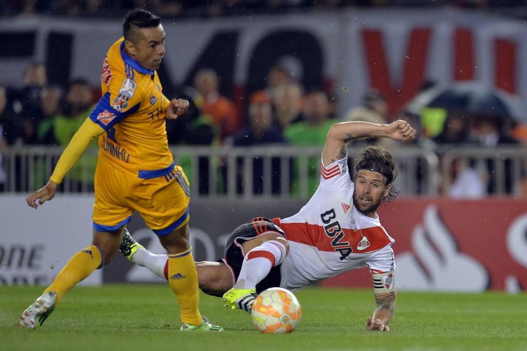 El jugador de River Plate de Argentina Fernando . EFECavenaghi (d) disputa el balón con Juninho (i) de Tigres de México. EFE