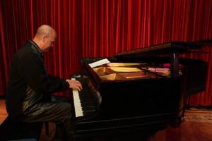 Hilario Durán tocando el piano con la maestría que le caracteriza. Fotos: F. Velez