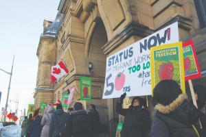 Trabajadores migrantes agrícolas y activistas laborales se pronuncian en Ottawa.