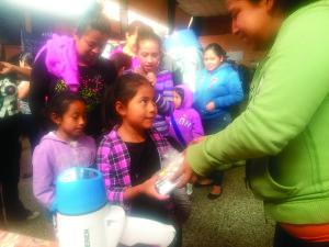 Los niños recibiendo ayudas