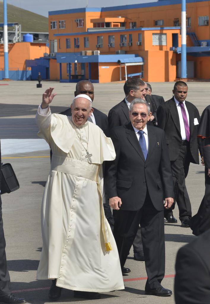 El Papa Francisco a su llegada a Cuba, acompañado por el presidente de Cuba Raúl Castro. Foto: Fernando Valdés Alvarez.