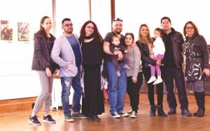 Alex Usquiano acompañado de su familia.