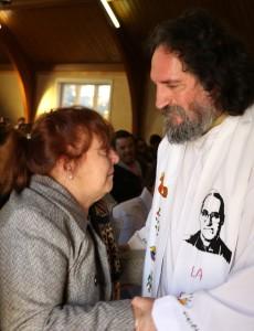 Nancy González, madre de Rodrigo, con el sacerdote anglicano Hernán Astudillo.