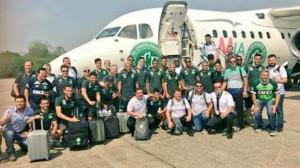 El equipo junto a la delegación que viajaba en el avión siniestrado.