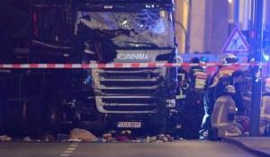 El camión que atropelló y mató al menos a nueve personas y varias heridas.