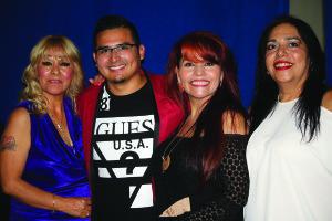 Manny Cárdenas posa con algunas asistentes.