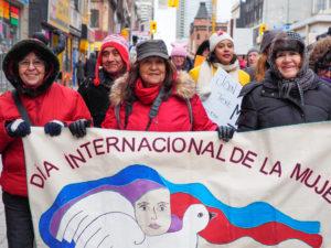 Miles desfilaron, entre ellas centenares de mujeres latino-canadienses.